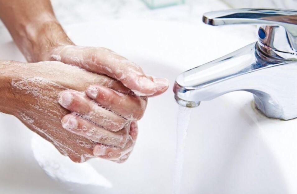 Тщательное мытьё рук с мылом - профилактическая мера